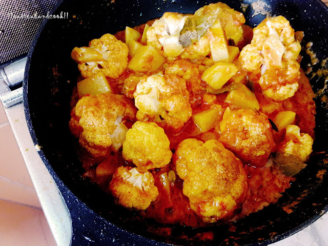 how to make fulkopir dom recipe / Phulkopir Dom / bengali cauloflower curry with potatoes and green peas recipe and preparation with step by step pictures