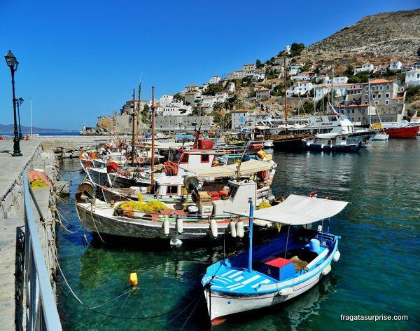 Barcos típicos atracados no porto da ilha grega de Hidra, no Arquipélago Argo-Sarônico