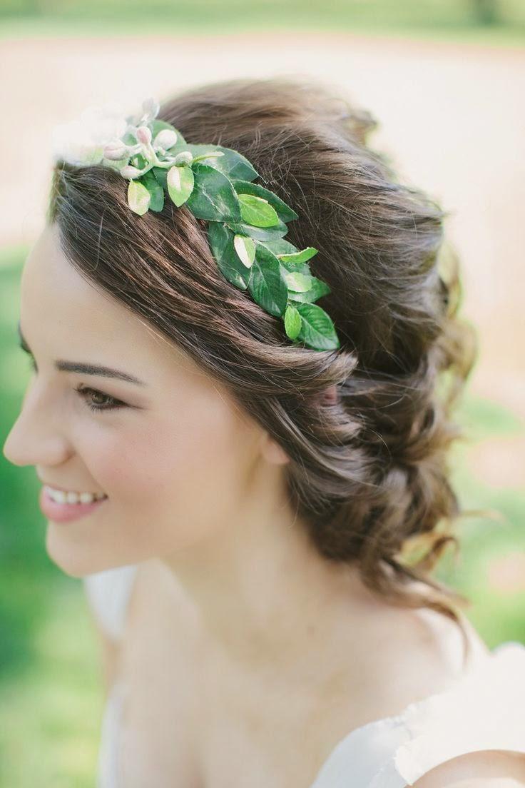 bonita imagen de recogido trenzado con corona de hojas