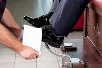 Bir lostra salonunda müşterisinin ayakkabısını boyayıp parlatan bir çalışan
