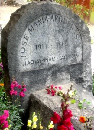 Foto a la tumba de José María Arguedas