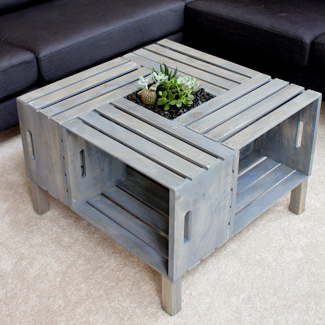 table de salon faite avec des caisses en bois