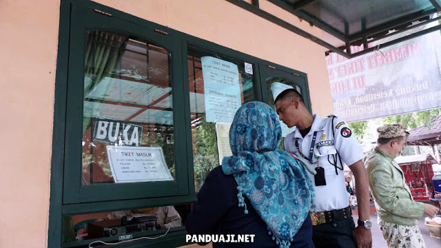 Loket masuk Keraton Kasepuhan Cirebon