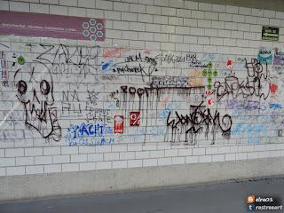 intervención de graffiti y stickers en Difusión Cultural y Extensión Universitaria