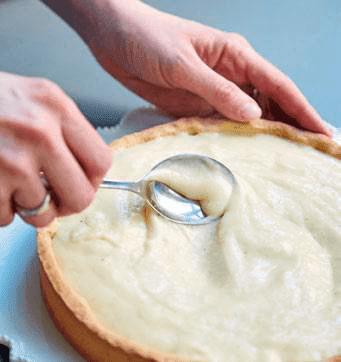 Étaler la crème pâtissière sur le fond