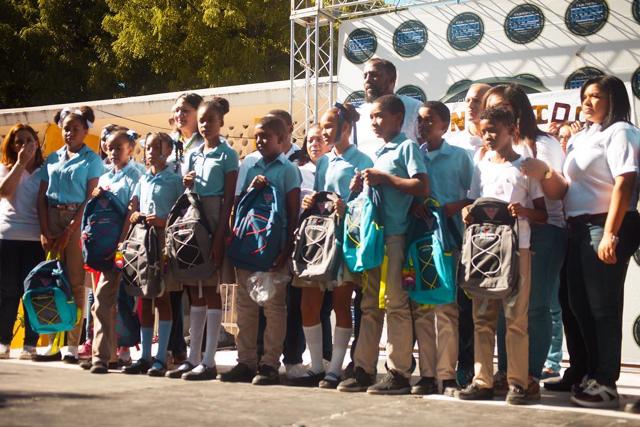 Vladimir Guerrero lleva útiles escolares a escuelas de Nizao