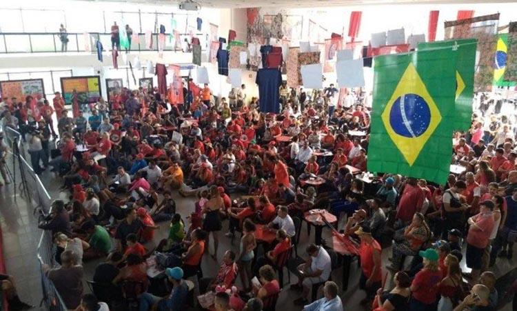 Lula vê sessão na sede de sindicato ao lado de Dilma