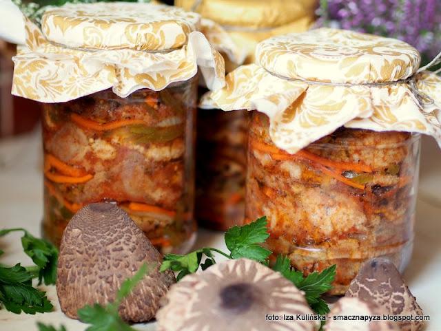 czubajki w marynacie pomidorowej, grzyby marynowane, grzyby smazone, panierka, zalewa pomidorowa, czubajka kania, przetwory