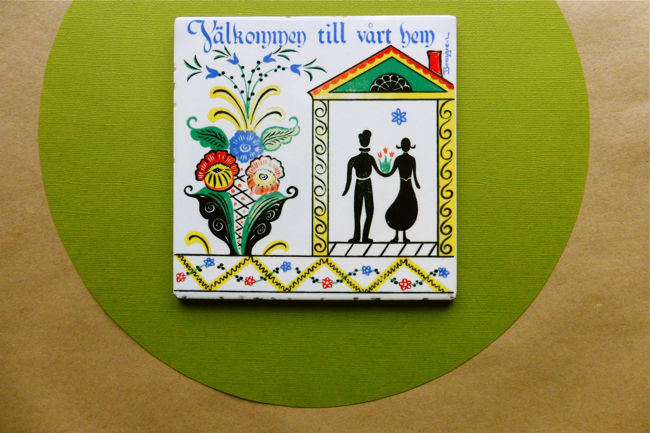 Berggren-Trayner, Berggren-Trayner ceramic tile, Berggren-Trayner vintage ceramic tile, decorative ceramic tile, Berggren-Trayner vintage decorative ceramic tile, Welcome to our home, Swedish decorative tile, Dalmalningar, silk screen ceramic tile, Swedish Dalmalningar ceramic tile