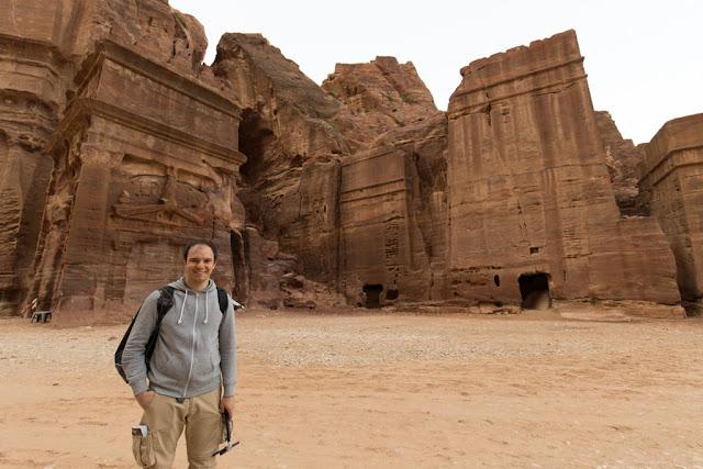 Alberto frente a la calle de las fachadas de Petra, Jordania