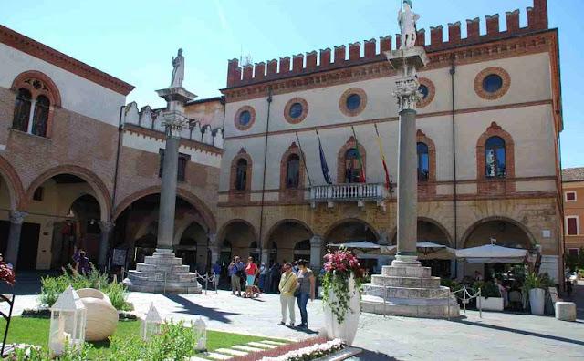 Passeio pela Piazza del Popolo em Ravena na Itália