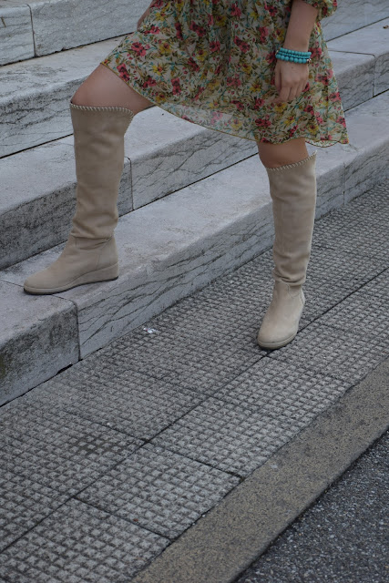 outfit primaverile vestito a fiori e stivali beige outfit maggio 2017 outfit primaverile mariafelicia magno fashion blogger colorblock by felym fashion blog italiani blog di moda blogger italiane di moda over the km boots and flora dress