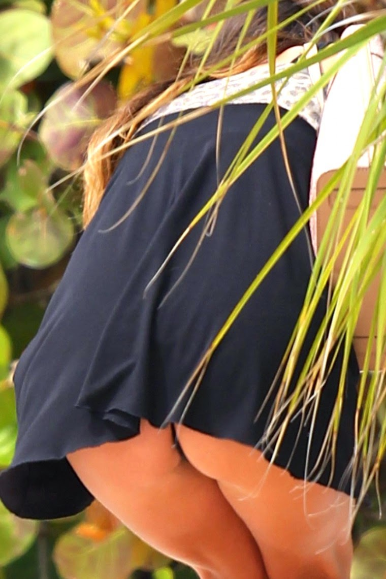 Celebrity upskirt no panties - Image 4 FAP