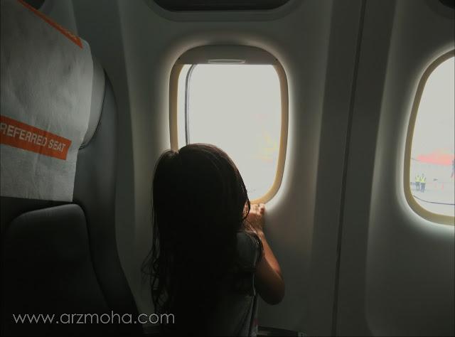 kids in the plane, pengalaman kanak-kanak menaiki pesawat firefly, cik puteri dan firefly, kenangan pertama cik puteri bersama firefly,