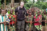 Bir pigme kabilesi fotoğraf çekinen bir gezgin