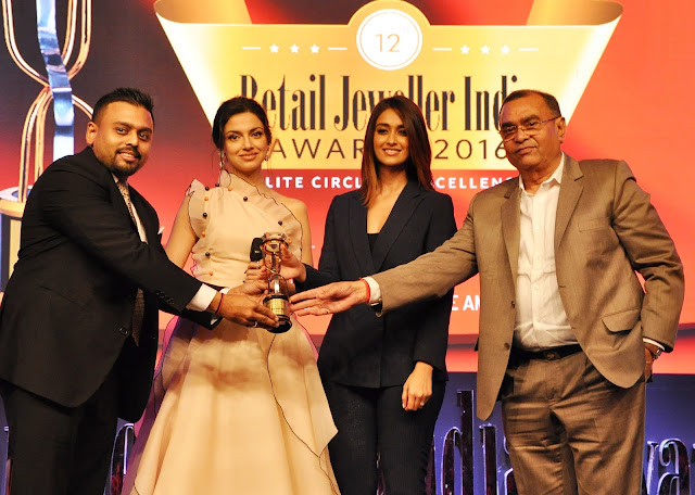 Mr. Ketan Chokshi of Narayan (L) along with his father (R) receiving Diamond Vivah Award by Actress Divya Khosla Kumar and Ileana D'Cruz at Retail Jeweller India Awards 2016