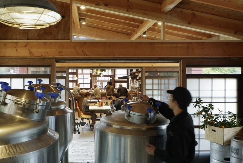 04-Kamikatz-Public-House-a-Pub-in-Japan-Built-out-of-Recycled-Materials-Hiroshi-Nakamura-&-NAP-www-designstack-co