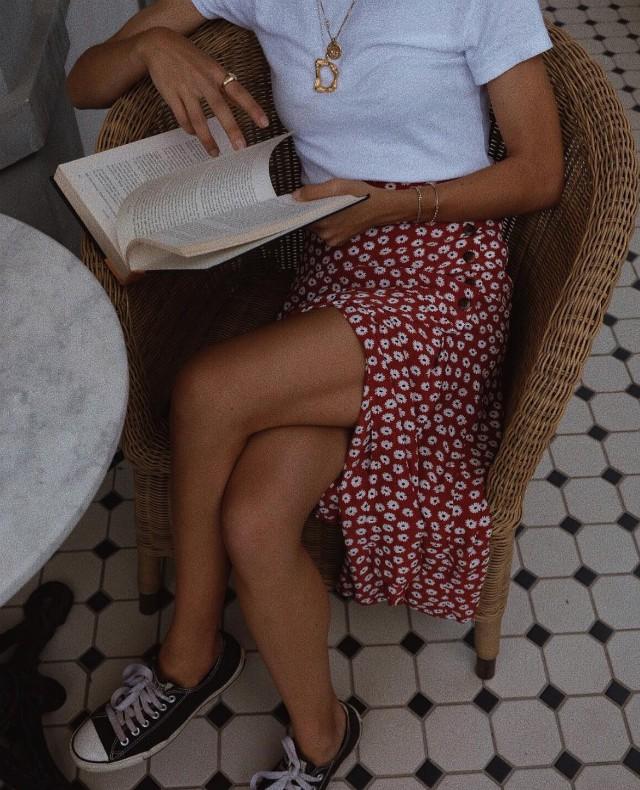 Chica leyendo en cafetería