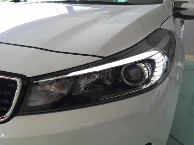 Phần thân xe Kia Cerato 2017 khỏe khoắn với các đường gập nổi