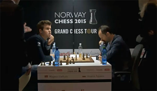 L'arbitre indique à Magnus Carlsen qu'il a perdu au temps contre le Bulgare Veselin Topalov - Photo © site officiel