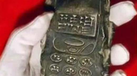 Antigua tablilla se parece a un teléfono celular con teclas cuneiformes