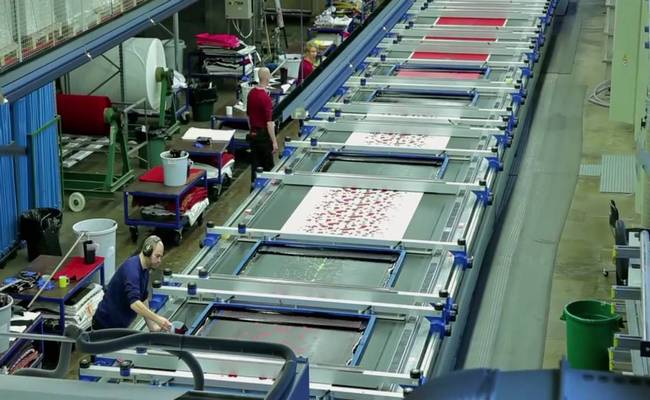 Flatbed screen printing in textile industry