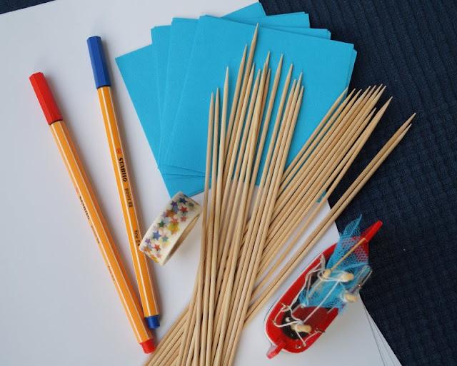 DIY: Papierschiff-Einladungen für den Kindergeburtstag basteln. Die meisten Sachen, die Ihr zum Basteln der Papierboote braucht, habt Ihr wahrscheinlich im Haus.
