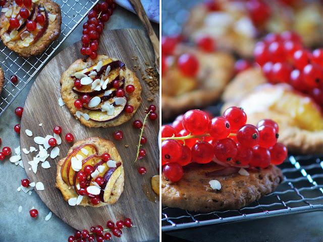 Keks Taler mit Nektarinen und Mandeln