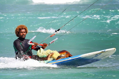 Mitu Monteiro kitesurfer uit Kaapverdië redt schildpad