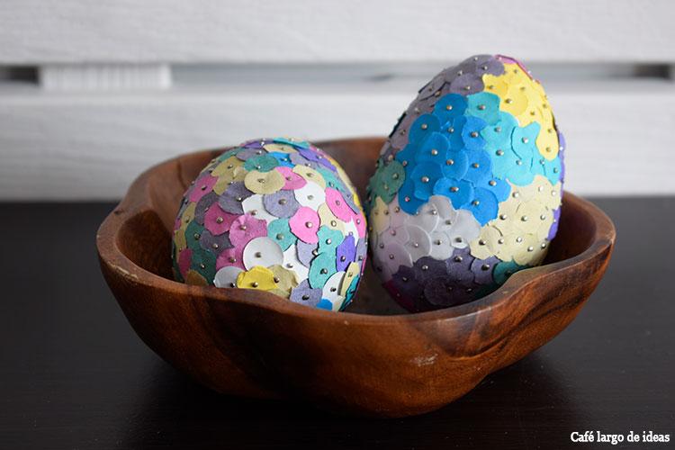 Huevos de Pascua de poliespán decorados con confetti