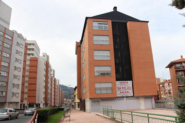 Edificio cuyos bajos están cedidos al Gobierno Vasco para su uso como centro de salud