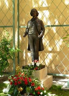 Pomnik I.J.Paderewskiego przed Pałacem Pusłowskich