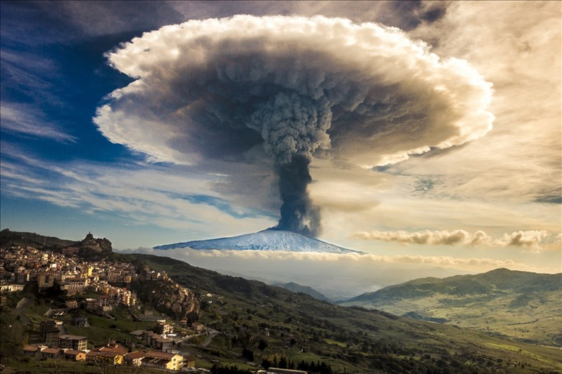 Volcanic eruption in these photos in HD 4