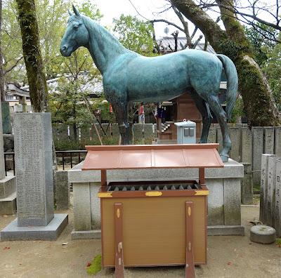 水神社そばの神馬像
