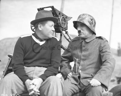 """Джек Оуки и Чарльз Чаплин на съемках """"Великого диктатора"""" (1940)"""