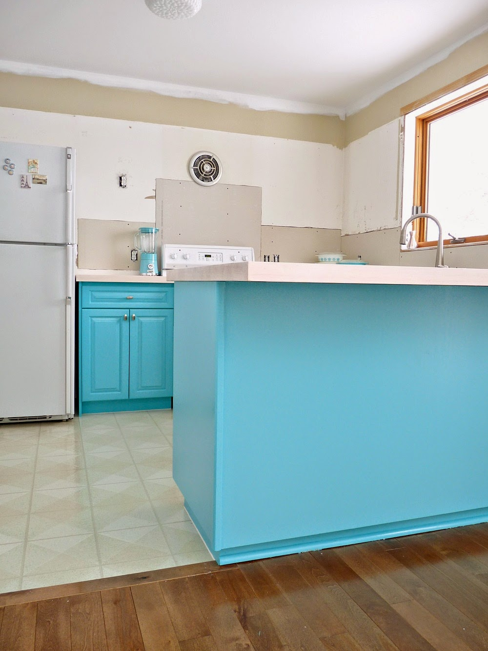 Turqoise Kitchen: Kitchen Progress: Turquoise Cabinets? Check!