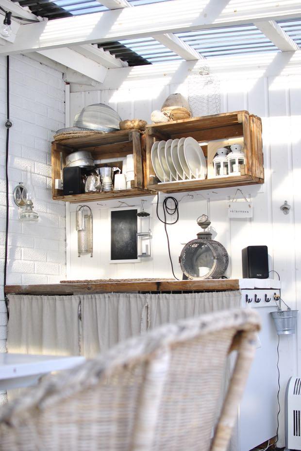 hannashantverk.blogspot.se utekök linnedraperi trälåda som hylla vitmålad tegelvägg