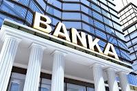 Girişinde banka yazan modern bir banka binası