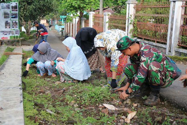 Warga Cisompet Garut dan Satgas Pamtas Gotong Royong Bersihkan Saluran Parit