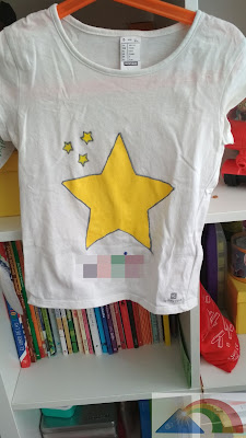 Camiseta pintada con pintura textil amarilla y purpurina plateada