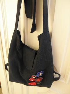 Teljesen újrahasznosított. A bélése piros kockás pamut - fénykorában  nagymamám ruhatárát gyarapította. A külső része pedig T-modell  P 3f4949c501