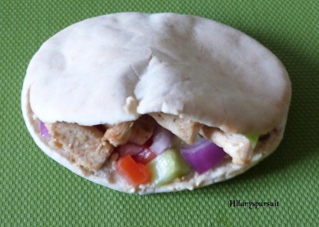 Sandwich pita au poulet mariné, houmous et légumes croquants