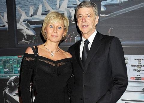 Lần gần nhất Wenger xuất hiện cùng vợ ở nơi công cộng là vào khoảng đã từ tháng 10 năm 2003. Khi đó, chiến lược gia người Pháp đưa vợ mình đi nhận huân chương Đế chế Anh (OBE).