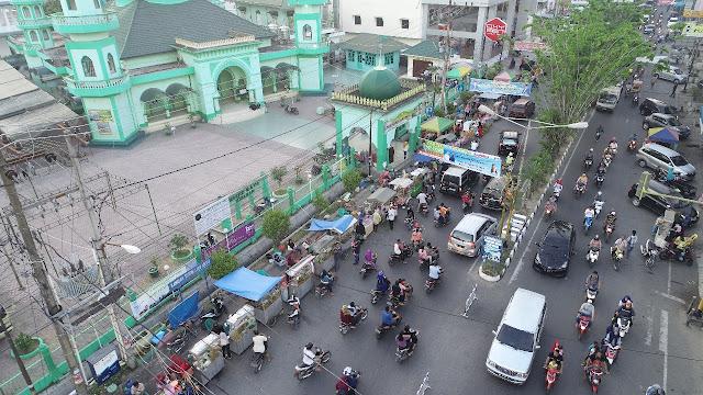 Aktivitas masyarakat di kota Kisaran menjelang Idul Fitri.