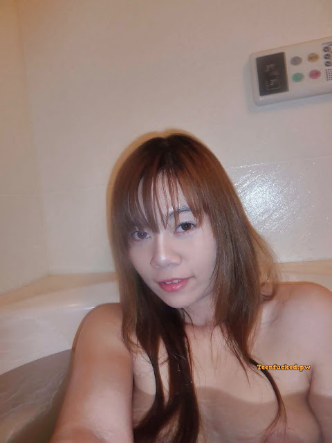zjfxM CwESw wm - Asian girl with selfie hair color while bathing 2020