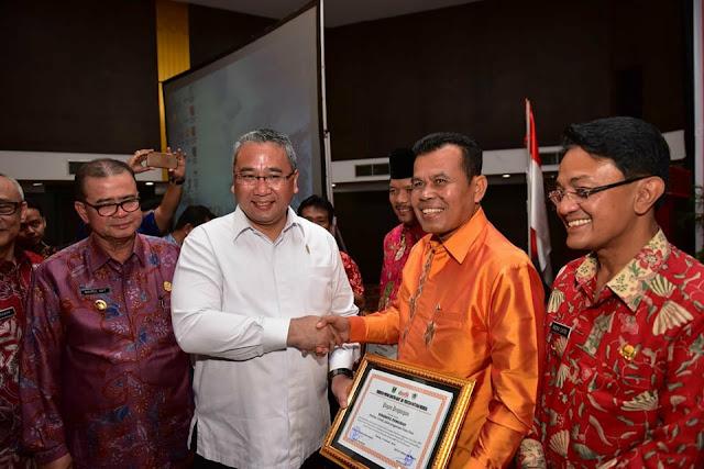 Mukhlis dan Kades Sikapak Timur Raih Penghargaan Menteri PDTT