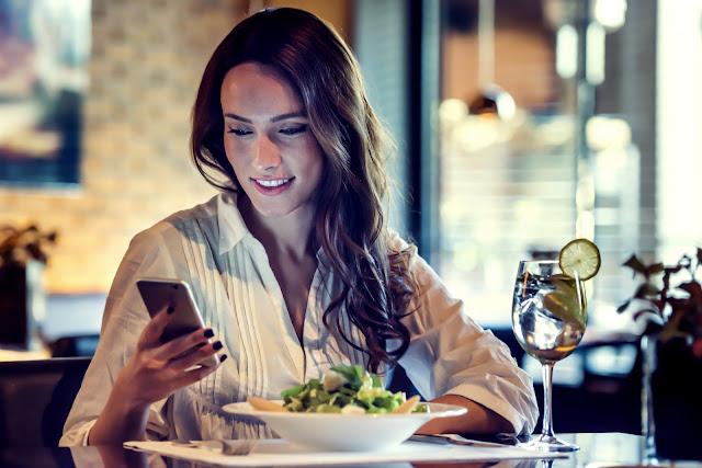 Τι σημαίνει για το πώς βλέπει τη σχέση σας ο χρόνος που κάνει να απαντήσει στα μηνύματά σου