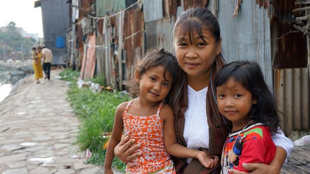 Kattiamoni Huy - Présidente de United For Cambodian Children's entourée de deux enfants des bidonvilles
