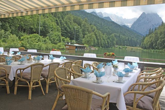 Kaffeetafel Sommerliche Vintage-Hochzeit in Himmelblau und Weiß im Riessersee Hotel Garmisch-Partenkirchen - blue white vintage wedding in Bavaria - #Riessersee #Garmisch #Hochzeitshotel #Bayern #wedding venue #Bavaria #Vintage #Himmelblau
