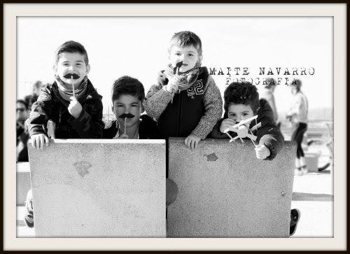 Niños con una pajita mustache